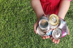 krossad återanvändning för aluminum cans Arkivfoton
