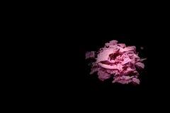 Krossad ögonskugga som isoleras på svart bakgrund med fläckljus Skönhet- och modestil Ögonskugga av rosa färgfärg Arkivbild