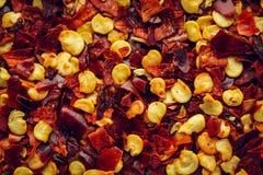 Krossad bakgrund för makro för peppar för röd chili arkivbilder