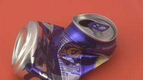 Krossade drinkar på burk på en röd bakgrund lager videofilmer