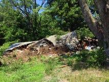Krossat hus i skogen 02 Arkivbild