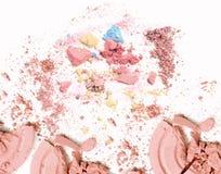 Krossat sminkpulver Kosmetiskt pulver som krossas på vit royaltyfri bild