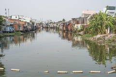 Krottenwijk op een rivier in Ho Chi Minh City, Vietnam royalty-vrije stock foto's