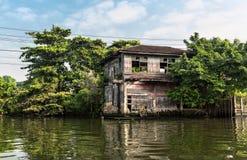 Krottenwijk op vuil kanaal in Thailand stock foto's