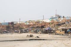 Krottenwijken op een strand in Accra, Ghana Stock Foto's