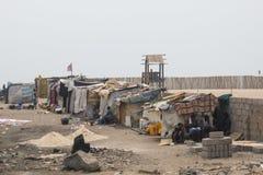 Krottenwijken op een strand in Accra, Ghana Stock Foto