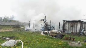 Krottenwijkenrook na brand stock video