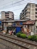 Krottenwijkgebied langs de spoorwegsporen in Djakarta royalty-vrije stock fotografie