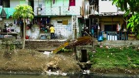 Krottenwijkhuizen en vuile waterhygiëne stock footage