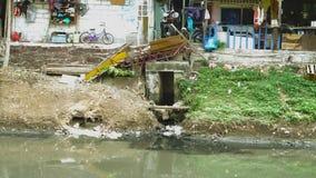 Krottenwijkhuizen op de rivieroever stock video