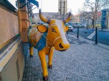 Krowa przy restauracją w Praga zdjęcia royalty free