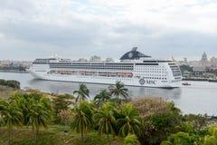 Krążownika statek wchodzić do zatoki Hawański Obrazy Royalty Free