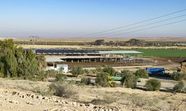 Krowy stajnia z Słonecznymi poborcami na dachu obrazy stock