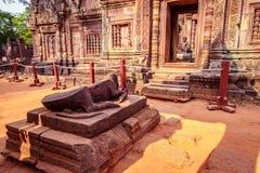 Krowy statua przy wejściem Banteay Srei świątynia, Siem Przeprowadza żniwa, Kambodża obrazy royalty free