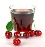 Körsbärsröd fruktsaft i ett exponeringsglas Royaltyfria Bilder