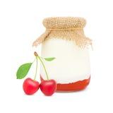 Körsbärsröd yoghurt Arkivbilder