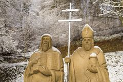 Krtiny, el 29 de diciembre diciembre de 2017, representante checo Las estatuas de los santos Cyril y de Methodius en castillo cul fotos de archivo