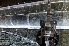 Krótka szalkowa basowa gitara ustawiająca na ostrym tle Fotografia Royalty Free
