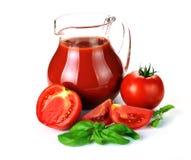 Krug, Glas Tomatensaft und Früchte mit grünen Blättern stockfotos