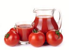 Krug, Glas Tomatesaft und Früchte lizenzfreie stockfotografie