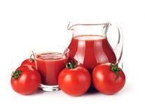 Krug, Glas Tomatesaft und Früchte lizenzfreie stockbilder