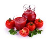 Krug, Glas Tomatesaft und Früchte Stockfoto