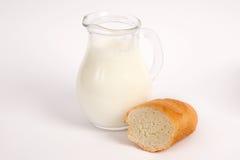 Krug Milch mit Brot Stockbilder