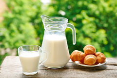 Krug und ein Glas Milch Stockfotos