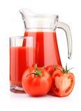 Krug und Glas Tomatesaft mit den Früchten getrennt Lizenzfreie Stockbilder