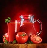 Krug und Glas voll des Tomatesafts. lizenzfreies stockfoto