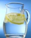 Krug Wasser mit Zitrone Stockfotos