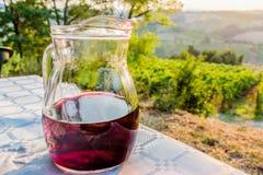 Krug Wein auf Tabelle in der Landschaft Stockfoto