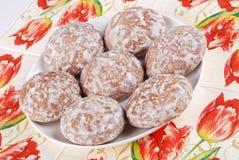 Kruid-cakes met glans op een plaat stock foto's
