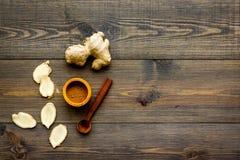 Kruid en specerij Grondgember in kleine kom dichtbij gemberwortel op de donkere houten ruimte van het achtergrond hoogste menings stock foto's