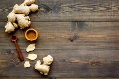 Kruid en specerij Grondgember in kleine kom dichtbij gemberwortel op de donkere houten ruimte van het achtergrond hoogste menings stock foto