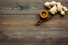 Kruid en specerij Grondgember in kleine kom dichtbij gemberwortel op de donkere houten ruimte van het achtergrond hoogste menings royalty-vrije stock afbeelding