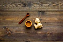 Kruid en specerij Grondgember in kleine kom dichtbij gemberwortel op de donkere houten ruimte van het achtergrond hoogste menings stock afbeeldingen