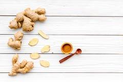 Kruid en specerij Grondgember in kleine kom dichtbij gemberwortel op de witte houten ruimte van het achtergrond hoogste meningsex royalty-vrije stock foto's