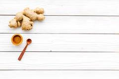 Kruid en specerij Grondgember in kleine kom dichtbij gemberwortel op de witte houten ruimte van het achtergrond hoogste meningsex stock foto's