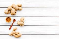 Kruid en specerij Grondgember in kleine kom dichtbij gemberwortel op de witte houten ruimte van het achtergrond hoogste meningsex royalty-vrije stock foto