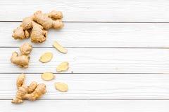 Kruid en specerij Grondgember in kleine kom dichtbij gemberwortel op de witte houten ruimte van het achtergrond hoogste meningsex stock afbeeldingen