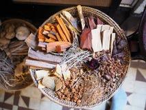 Kruid voor alternatieve geneeskunde in mand stock afbeeldingen
