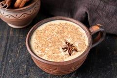 Kruidde de chai latte traditionele hete Indische zoete melk van de Masalathee drank, gember, vers kruidenmengsel Royalty-vrije Stock Fotografie