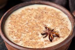 Kruidde de chai latte traditionele warme Indische zoete melk van de Masalathee drank, gember, vers kruidenmengsel Royalty-vrije Stock Foto