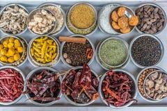 Kruiden bij de kruidmarkt in Oud Delhi, India stock foto