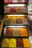 Kruiden bij de show bij de Grote Bazaar in Istanboel, Turkije Stock Foto