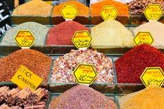 Kruiden bij de show bij de Grote Bazaar in Istanboel, Turkije Royalty-vrije Stock Afbeeldingen