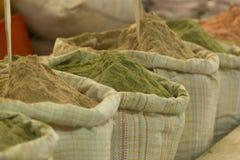 Kruiden die van zakken in een markt in Thimphu worden verkocht, de hoofdstad van Bhutan stock foto