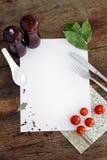 Kruiden en andere producteningrediënten op notitieboekje. stock afbeelding