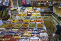 Kruiden en aromatische kruiden en kruiden in de Arabische markt in Israël, Jeruzalem Stock Foto